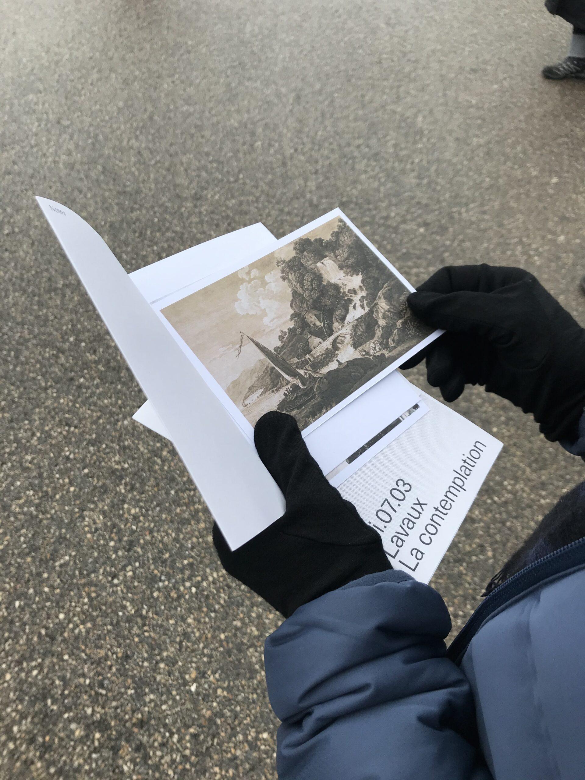 Gare de Puidoux, distribution de textes sous forme de cartes postales en attendant le départ différé de chaque groupe © Héloïse Gailing